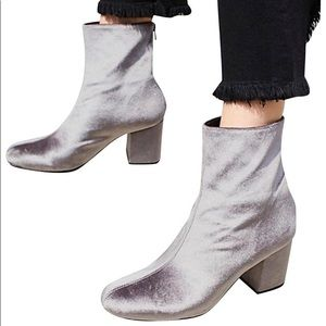 Free people silver velvet boots 🌪